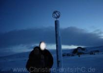 Leider war das Postamt eingeschneit und wie alles von Oktober bis Mai geschlossen. Sehr frischer Wind dort!