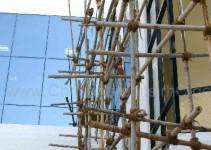 Gerüst aus Bambus an hochmoderner Fassade. Leitern oder Standbretter sucht man vergeblich.