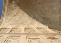 mit Sonnenlicht beeindrucken die Facetten der Kuppeln am Taj Mahal