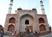Das Eingangstor des Taj Mahal von der Straße her