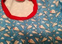 Shirt mit rotem Halsbündchen