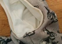 Bündchen-Paspel an der Kapuze, vorn auslaufend