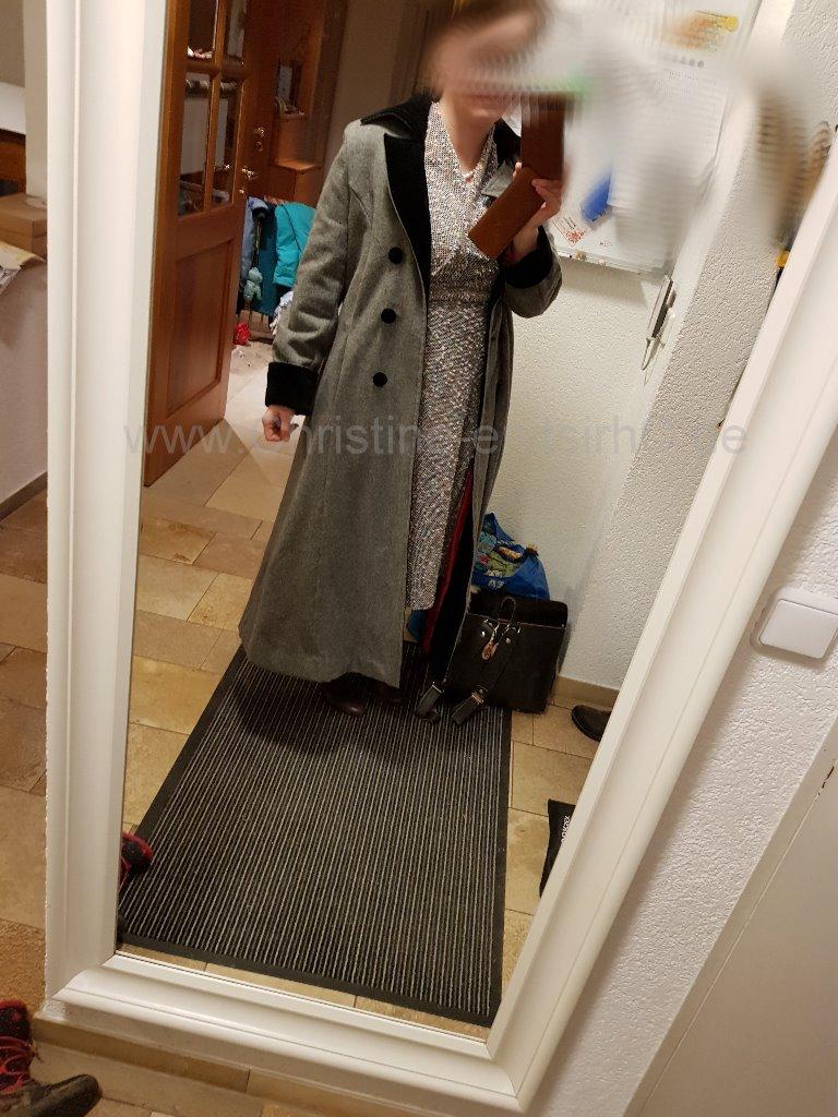 Mantel über Kleid
